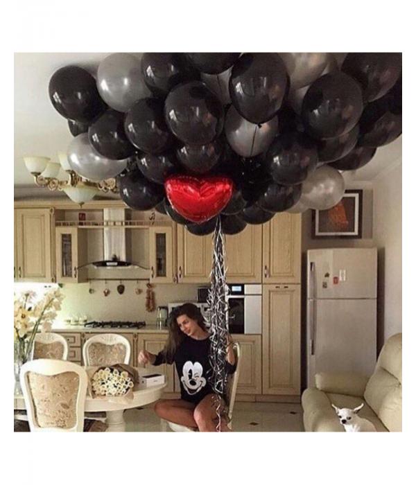 Композиция из черных шаров с красным сердцем